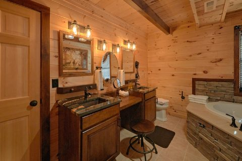 Luxurious 4 Master Bedroom Cabin Sleeps 12 - Hideaway Dreams