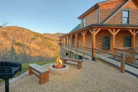 Luxurious 4 Bedroom Cabin with Fire Pit - Hideaway Dreams