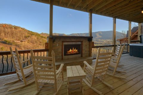 4 Bedroom Cabin with Outdoor Fireplace - Hideaway Dreams