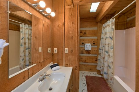 Rustic 2 bedroom cabin with 2 full baths - Hillbilly Deluxe