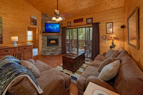 Cozy 4 bedroom cabin with Living room fireplace - Hillbilly Hideaway
