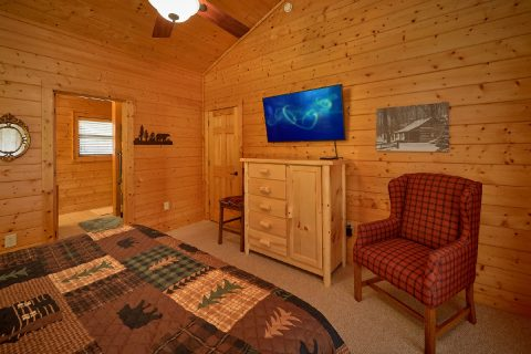 Rustic cabin with King Bedroom on main level - Hillbilly Hideaway