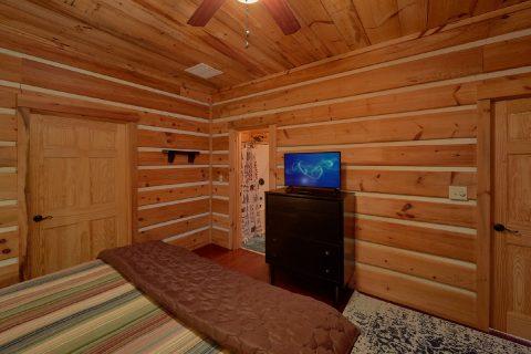 Private King bedroom with TV in 4 bedroom rental - Hillbilly Hideaway