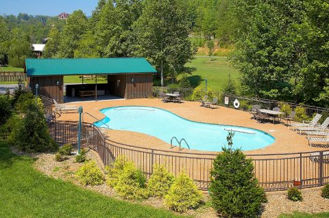 4 Bedroom cabin with Resort Swimming Pool Access - Hillbilly Hideaway