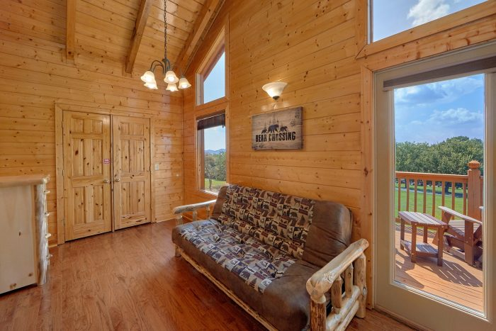 Spacious King Bedroom with Futon and deck - Honey Bear