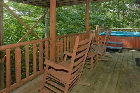 Private hot tub on 1 bedroom cabin deck - Huggable Hideaway