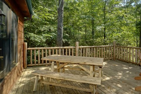 1 Bedroom cabin with picnic table and hot tub - Huggable Hideaway