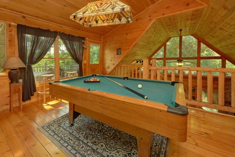 1 Bedroom cabin with Pool Table and Wooded View - Huggable Hideaway