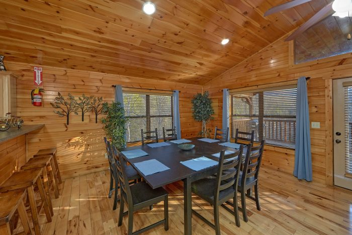 Cabin with family size dining table - I Love View