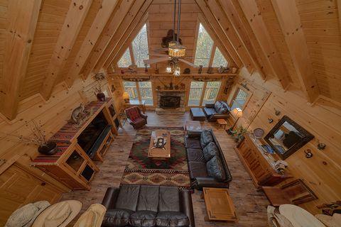 Spacious 6 Bedroom 6 Bath Cabin Sleeps 18 - KenKnight's Wilderness Lodge