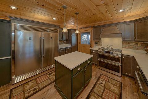 Large 6 Bedroom 6 Bath Cabin Sleeps 18 - KenKnight's Wilderness Lodge