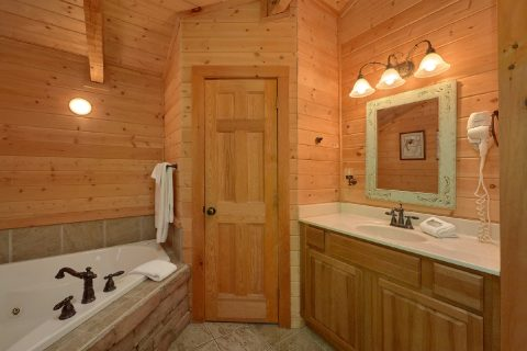 1 bedroom cabin with 2 beds and 2 Bathrooms - Kicked Back Creekside