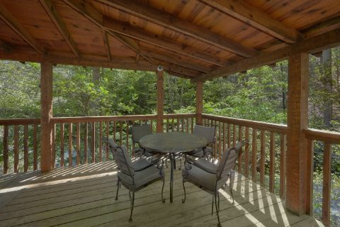 Private cabin with 2 Beds, hot tub and fireplace - Kicked Back Creekside