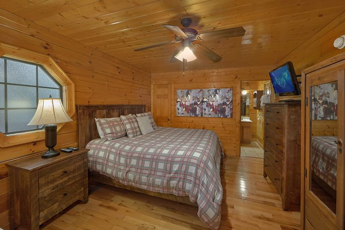 4 Bedroom Cabin with Master Suite and King Bed - Knockin' On Heaven's Door