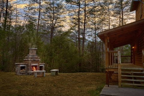 Spacious Luxury Honeymoon Cabin with Fire Pit - Knotty and Nice