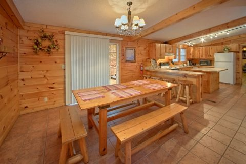 Luxury 3 Bedroom cabin with Large dining area - Lacey's Lodge