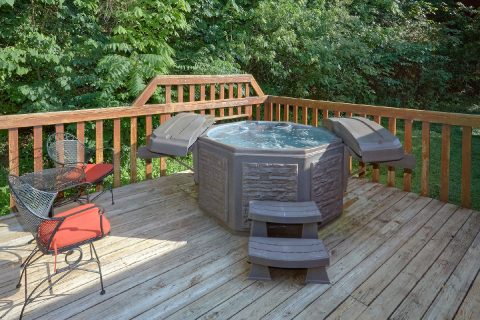 Cozy 3 bedroom cabin with private hot tub - Lacey's Lodge
