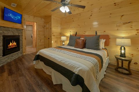 Master Bedroom on main level in 2 bedroom cabin - Laurel Splash
