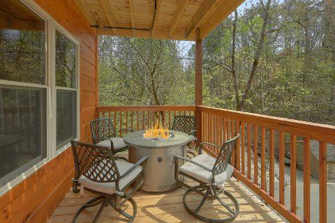Luxurious 2 bedroom cabin with fire pit on deck - Laurel Splash