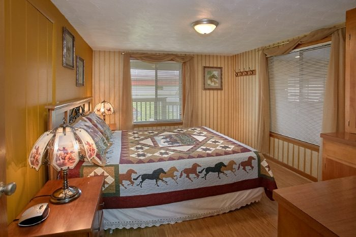 Group Sized Cabin with 6 Spacious Bedrooms - Lazy Days Lodge