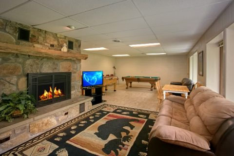 Luxury 6 Bedroom Cabin with Den and 2 Fireplaces - Lazy Days Lodge