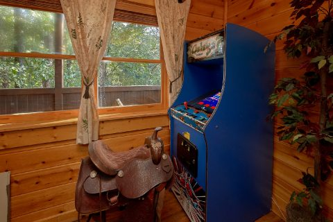 2 Bedroom Cabin Sleeps 6 with Arcade Game - Lil Country Cabin