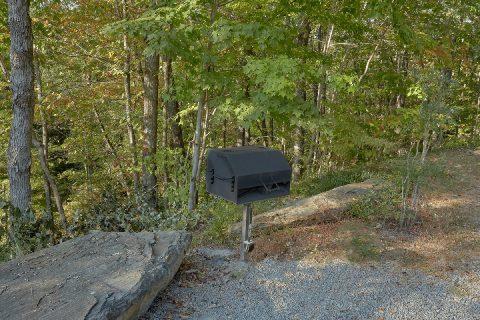 Charcoal Grill 3 Bedroom Cabin Sleeps 10 - Livin' Lodge