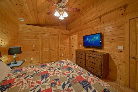 King bedroom with TV in 3 bedroom cabin rental - LoneStar