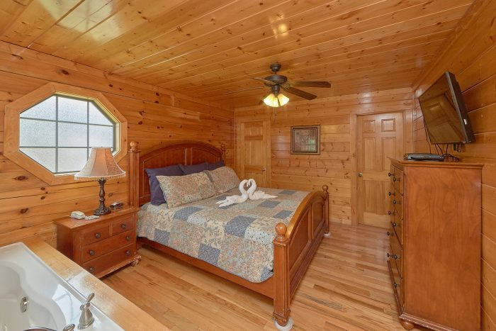 Master Suite with King Bed and Jacuzzi Tub - Lookout Point