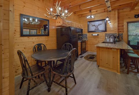 Dining Table and Chairs, Sleeps 6 - Lovers Paradise