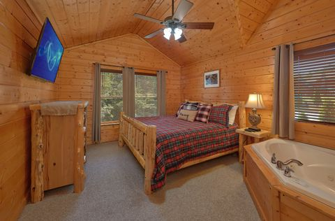 Master Bedroom with King Bed and Flatscreen TV - Lovers Paradise