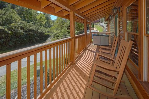 2 Bedroom Cabin with Rocking Chairs - Lovers Paradise