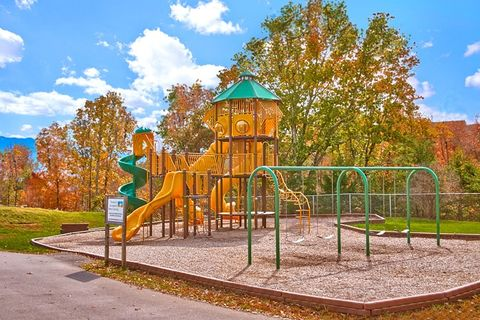 Cabin with resort pool, playground, picnic area - Lucky Break
