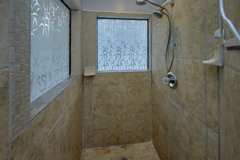 3 Bedroom Vacation Home with Walk in Shower - Majestic Heights