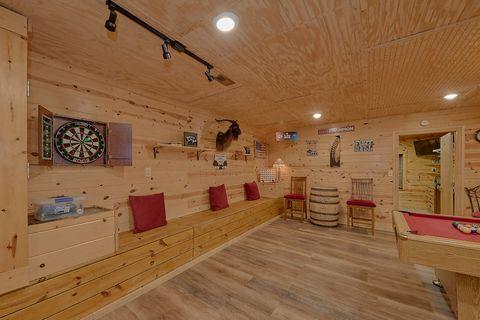 Large Game Room 3 Bedroom Sleeps 6 - Majestic Heights