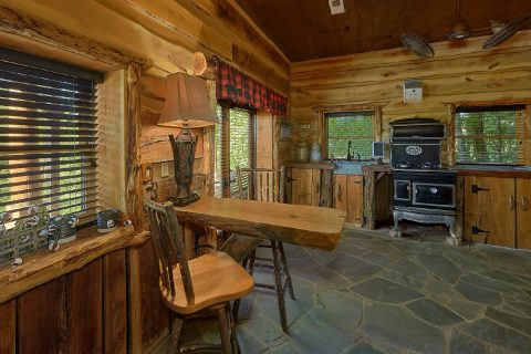 Premium 5 bedroom cabin with two full kitchens - Majestic Peace