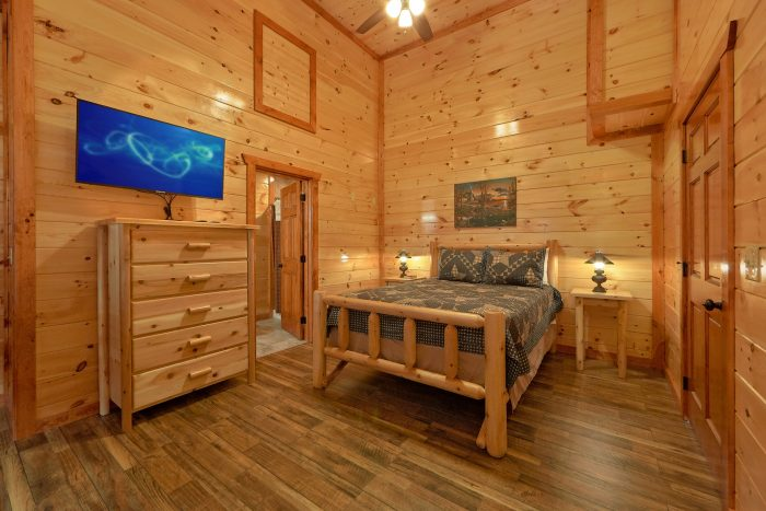 Queen Bedroom with Flatscreen TV and View - Majestic Splash