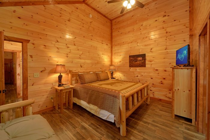 King Bedroom with Futon and Full Bathroom - Majestic Splash