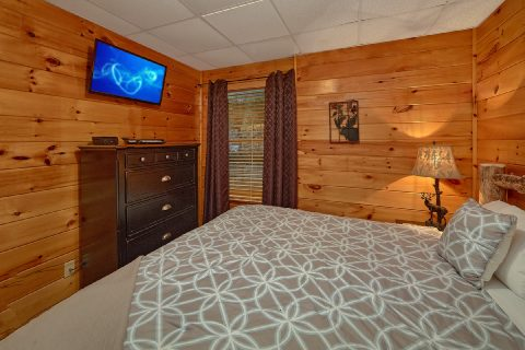 King Bedroom with Flatscreen TV - Major Oaks