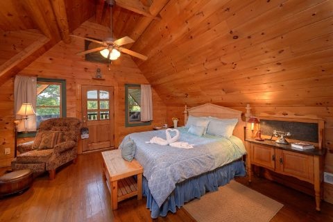 King Bedroom with Flatscreen TV - Merry Weather