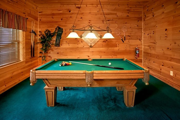 Cabin with game room and pool table - Moonshine Manor