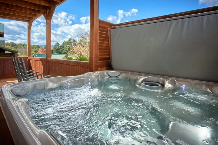Cabin with oversize hot tub with waterfall - Moonshine Manor
