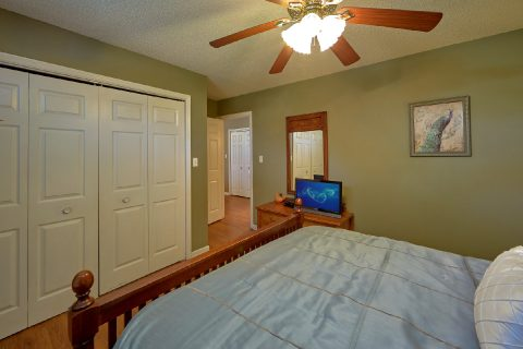 Queen Bedroom with Flatscreen TV - Mountain Music
