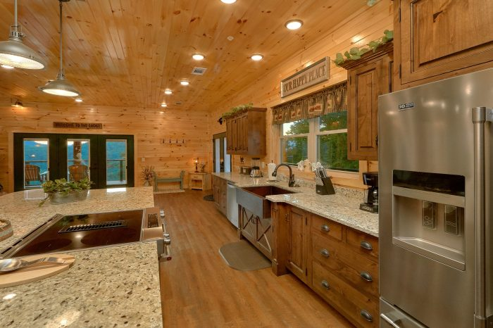 8 Bedroom Pool Cabin with a Large Kitchen - Mountain View Pool Lodge