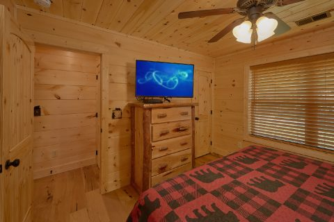 Spacious King bedroom with TV and Private bath - Mystical Mornings