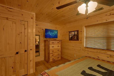 Spacious King bedroom with TV and Bathroom - Mystical Mornings