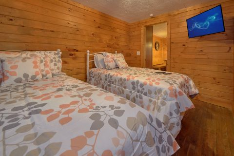 Twin Bedroom with Flatscreen TV and WiFi - Nana's Place