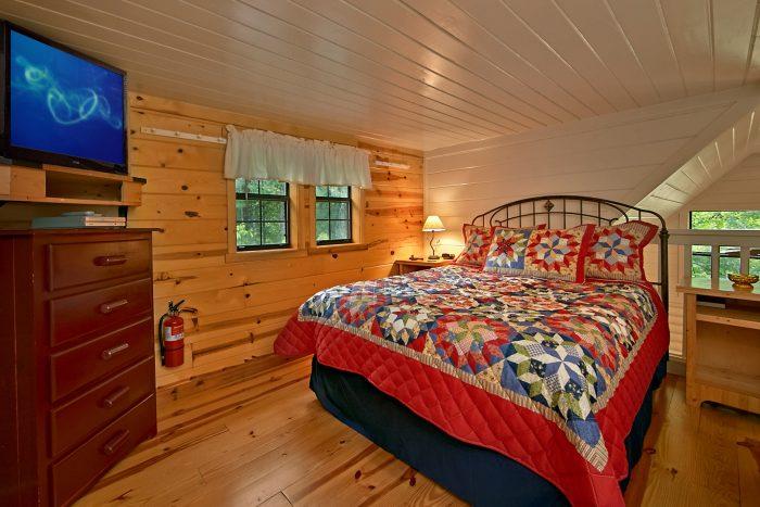 Honeymoon cabin with Queen loft bedroom - Nikhia's Loft