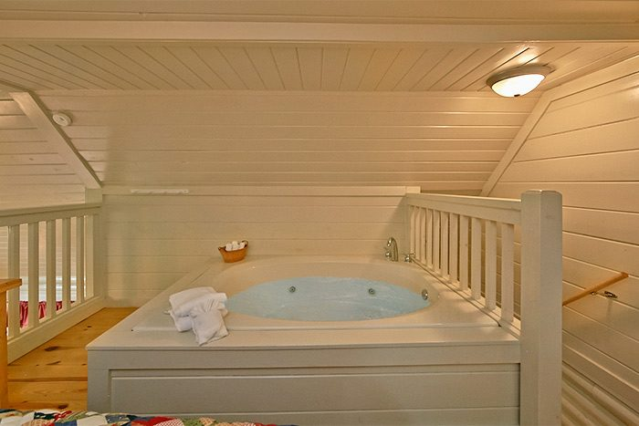 Honeymoon cabin with bed side Jacuzzi - Nikhia's Loft