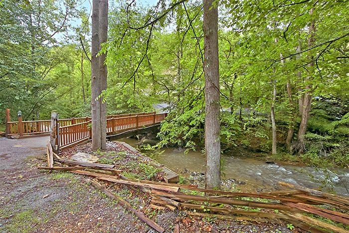 Cabin beside mountain creek - Nikhia's Loft